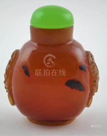 """Snuff bottle en ágata lisa; asas laterales talladas """"caras"""";"""