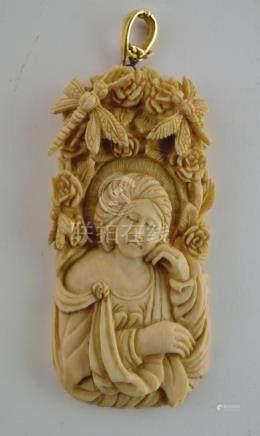 """Colgante chino en marfil tallado """"dama, flores y libelulas"""";"""