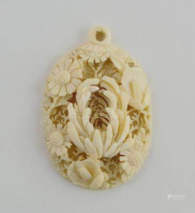 """Colgante oval chino en marfil tallado y calado """"flores"""". Med"""