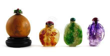 Conjunto de cuatro snuff bottles diferentes. Una en calabaza