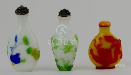 Tres snuff bottles en pasta de vidrio diferentes: una en col