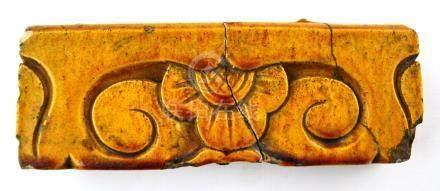 Fragmento de friso en cerámica esmaltada color amarillla dec