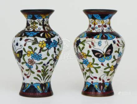 Par de floreros chinos en bronce cloisenné; fondo blanco; de