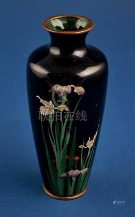 "Florero japonés en bronce cloisenné; fondo negro decorado ""f"