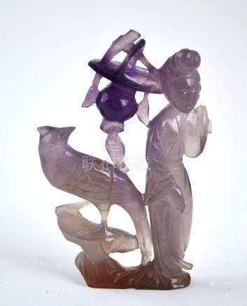 """Escultura china tallada en jade lavanda: """"dama cargando cest"""