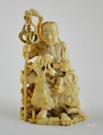 """Escultura japonesa en marfil; sello rojo; tallada y calada """""""