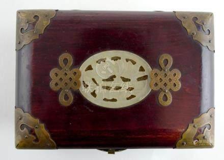 Caja alhajero en madera; bisagras, monturas y herraje en bro