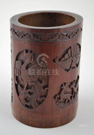 Pote para pinceles chino en fragmento de caña de bambú talla
