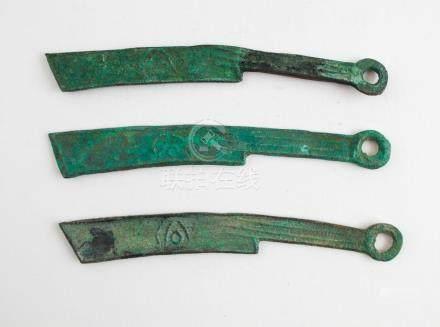 Lote de tres monedas o piezas de canje chinas siglo (?); en