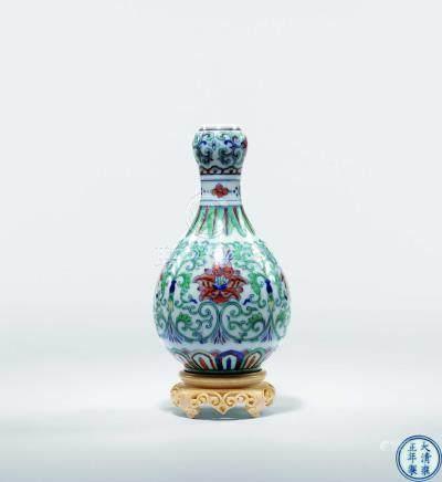 清雍正  豆彩西番蓮紋蒜頭瓶
