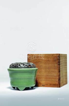 青瓷弦紋三足爐
