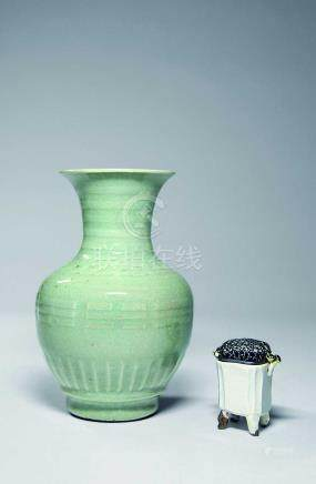青瓷花瓶、白釉香爐共二件一組
