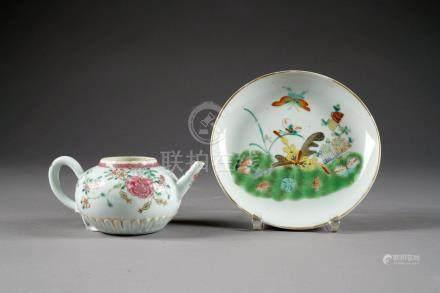 Théière. Porcelaine de Chine de la Famille Rose. Epoque Yongzheng.Longueur: 16 cm. Condition
