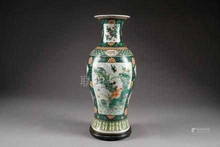 Vase balustre. Porcelaine de Chine, de la Famille Verte, à motif de vignettes avec pivoines,