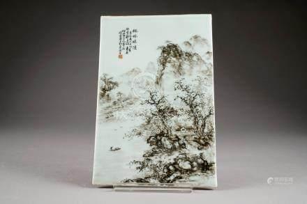 Plaque. Emaillée, en grisaille, d'un paysage lacustre avec barque et présentant un poème en