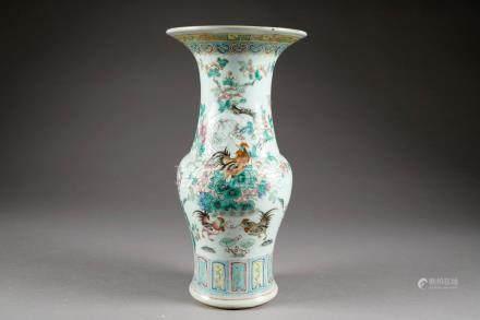 Vase Cornet. Porcelaine de Chine de la Famille Rose. Décor aux coqs et aux rochers fleuris.
