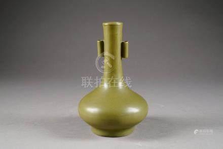 Vase piriforme. Col présentant deux anses tubulaires. Porcelaine monochrome de Chine à glaçu
