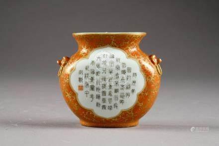 Vase d'Applique. A petites anses en anneau. Face présentant une réserve polylobée à motif d'