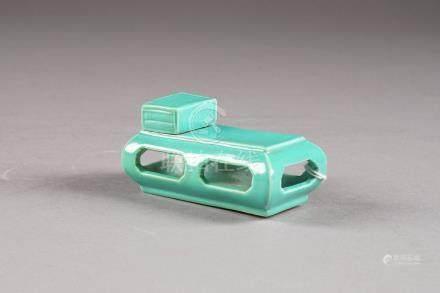 Mobilier miniature. Figurant un socle ajouré sur lequel repose une boîte. Porcelaine de Chin