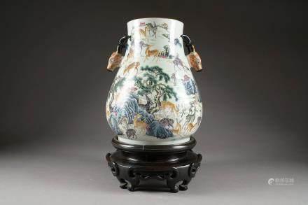 """Grand Vase. A décor dit """"aux cent daims"""". Aux anses prenant la forme de deux têtes de daim."""