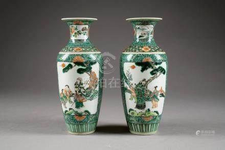 Paire de Vases balustre. Décorés, en miroir, de scènes de genre, en réserve, sur fond tapiss