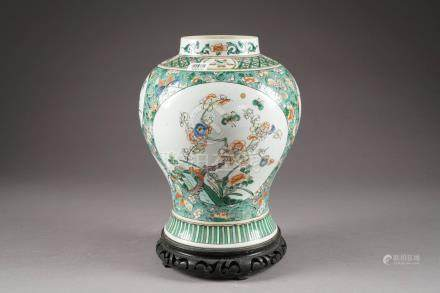 Vase. Porcelaine de Chine de la Famille Verte à décor d'emblèmes bouddhiques et de vignettes
