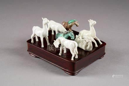 Collection de sept petits Chevaux. Porcelaine de Chine à glaçure blanche et verte.Longueur: