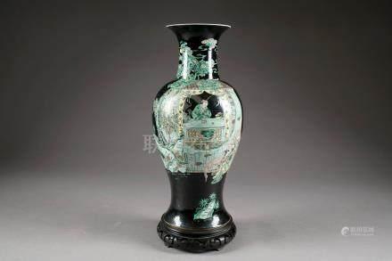 """Vase """"Yen-Yen"""". Décoré sur une face d'un lettré au travail, sur l'autre un cavalier et deux"""