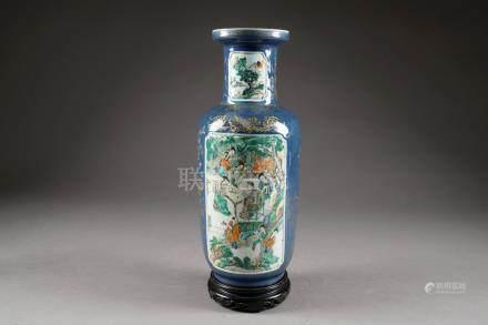 Vase rouleau de la Famille Verte. Fond bleu poudré et or présentant quatre panneaux, en lége