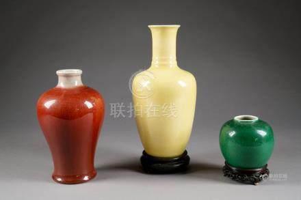 Vase Meiping. A émail rouge sang de boeuf.Hauteur: 26 cm. Vase balustre. A émail jaune.Haute