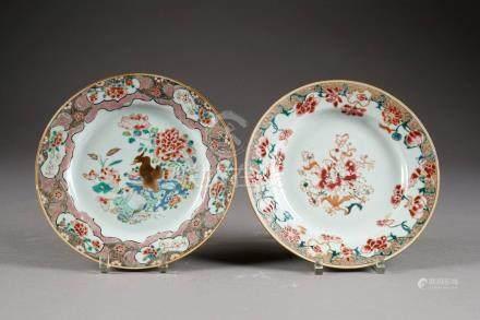 Deux Assiettes. A décor d'un canard et de fleurs épanouies. Porcelaine de Chine de la Famill