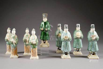 Dames de Cour et Serviteurs. Neuf statuettes funéraires de la période Ming. Terre cuite sanc