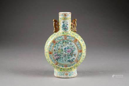 Vase Moonflask. Anses découpées. Décor, sur fond jaune, de deux médaillons avec oiseaux et v