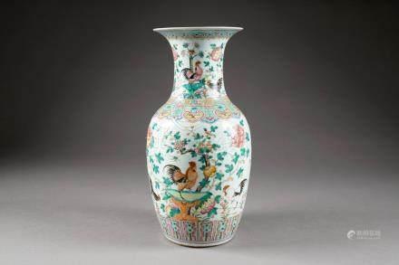 Vase à Col pincé. Décor au coq en deux registres séparés par un galon avec Ru-Yi et leiwen.