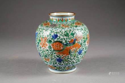 Vase wucai. A motif de trois animaux chimériques se détachant d'un fond tapissé de rinceaux