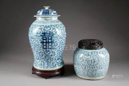 Potiche et Pot à Thé. Porcelaine de Chine, à émail bleu/blanc, à motifs de rinceaux feuillés