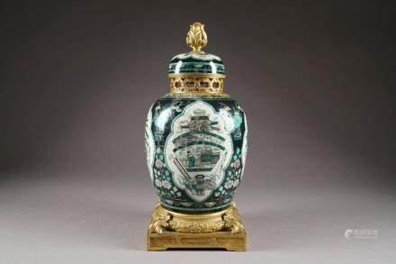 Potiche. Porcelaine de Chine de la Famille Rose à décor de vignettes polylobées sur fond noi
