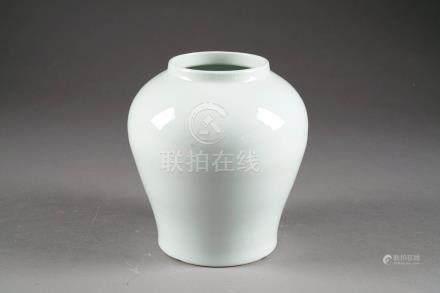 Vase en Forme de jarre. Porcelaine de Chine à émail monochrome blanc. Dehua.Hauteur: 21 cm.