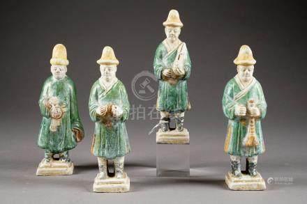 Orchestre de Musiciens. Suite de quatre statuettes funéraires de la période Ming. Terre cuit