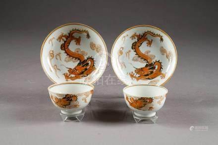 Paire de Sorbets et leurs Soucoupes (diamètre: 13,5 cm). A motif d'un dragon pourchassant la