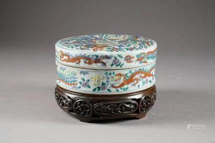 Boîte ronde. Porcelaine de Chine à émaux wucai, au décor figurant dragons et phénix dans un
