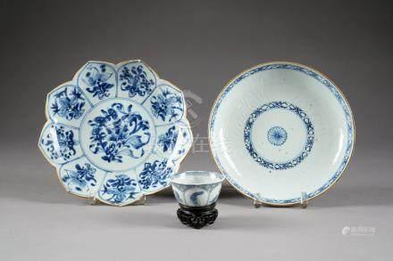Lot. Plat rond (diamètre: 21,5 cm), plat feuillé (diamètre: 23 cm), pochon et deux théières.