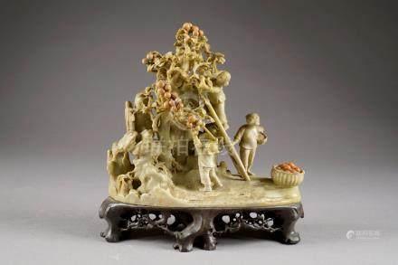 La Cueillette des Fruits. Groupe en stéatite sculptée. Chine. Période maoïste.Longueur: 30 c