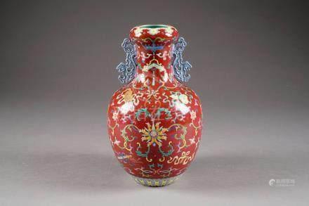 Vase. Col accosté de deux anses prenant la forme d'une Chimère archaïque. Décor sur fond pou
