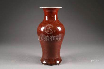 Vase balustre. Porcelaine de Chine à émail rouge sang de boeuf monochrome. XIXe/XXe siècle.