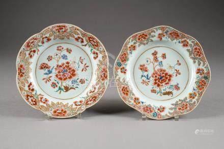 Paire d'Assiettes chantournées. Décor floral. Porcelaine de Chine de la Famille Rose. Compag