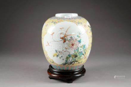 Vase en Forme de jarre. Fond jaune à motif de réserves figurant phénix, paysages, oiseaux et
