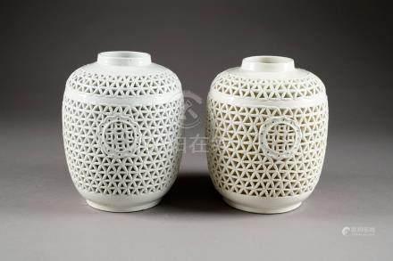Paire de Pieds de lampe de Forme tonnelet. A motifs ajourés. Porcelaine de Chine monochrome