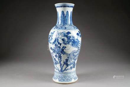 Vase balustre. Au décor figurant deux dragons affrontés autour de la perle précieuse nichée