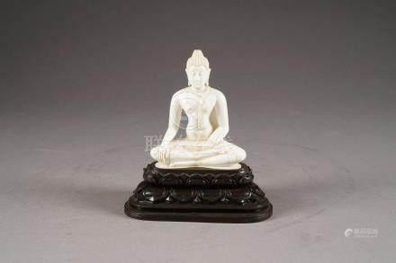 Bouddha Shakyamuni. Assis, en position de prise de la terre à témoin. Ivoire sculpté. Sur so